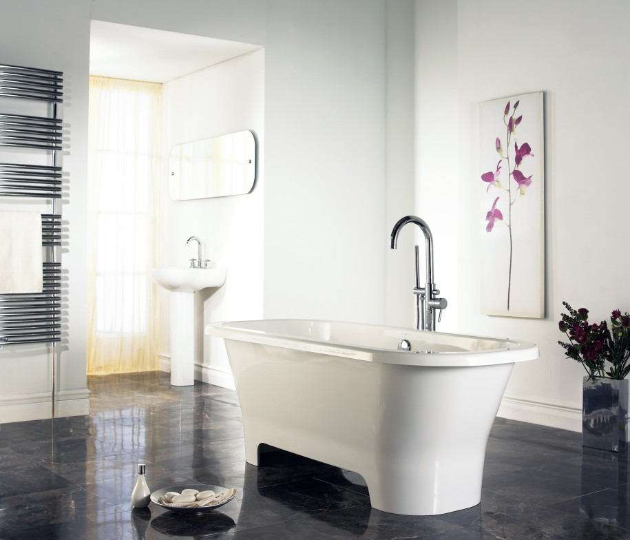 awesome-and-inspiring-design-bathroom-with-bright-colours-room-and-simple-decor-but-elegant-design-in-inside-with-modern-bathtub-and-interest-art-915x784